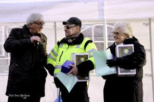 Stefan Edman överlämnar gåvor till årets ljushuvuden: Ingemar Nordmark och Marita Svantesson