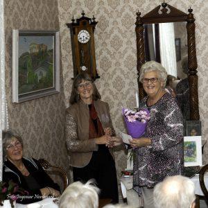 Marita Svantesson överlämnar blomma till Inger Dejke
